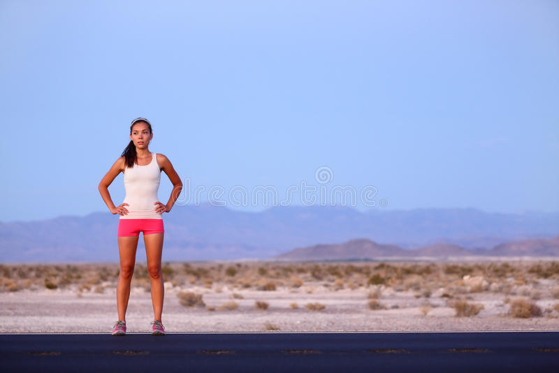 Femme de coureur d'athlète se reposant sur la route après fonctionnement photos libres de droits