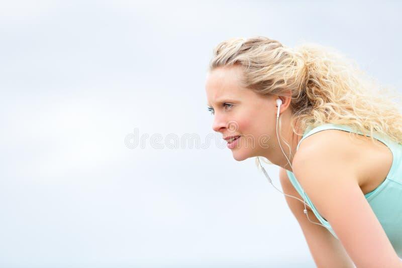 Femme de coureur se reposant après séance d'entraînement courante image stock