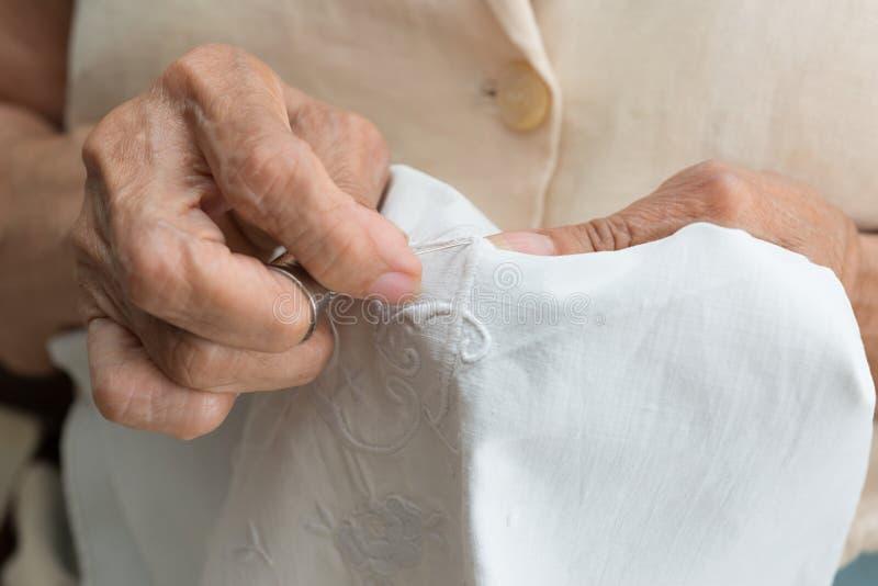 femme de couture aînée photo libre de droits