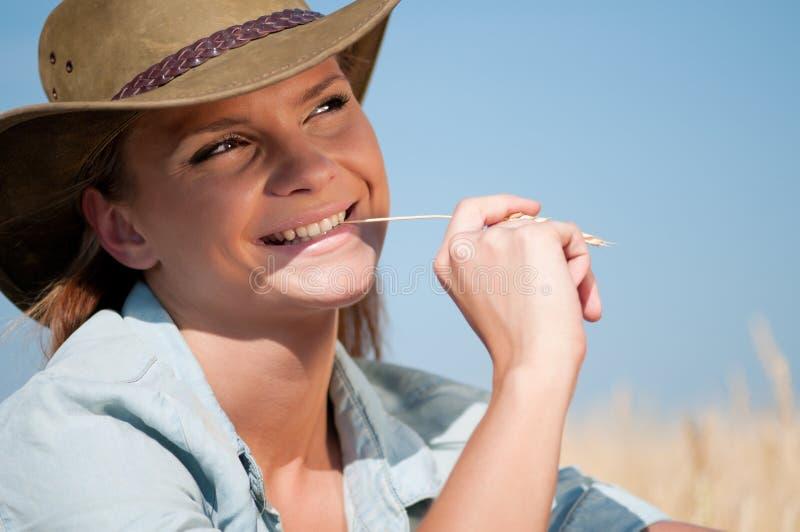 Femme de cowboy dans le domaine de blé de pays photos libres de droits