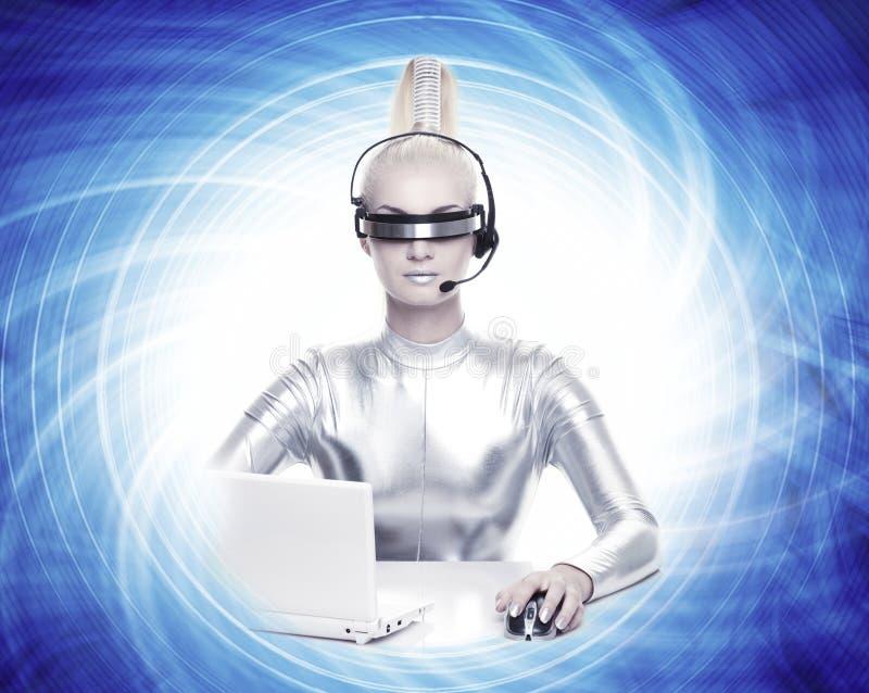 Femme de Cyber travaillant sur son ordinateur portatif images stock