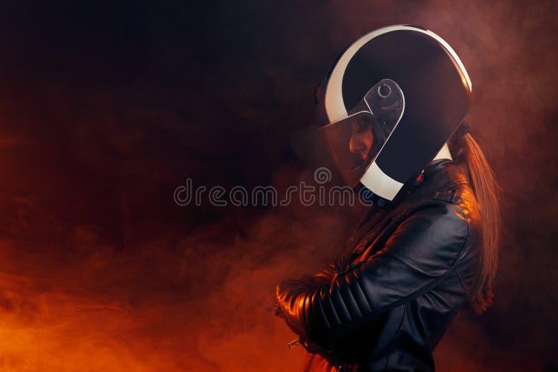 Femme de cycliste avec le casque et le portrait en cuir d'équipement images stock