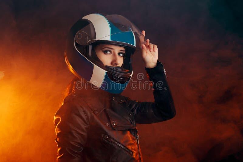 Femme de cycliste avec le casque et le portrait en cuir d'équipement photos stock