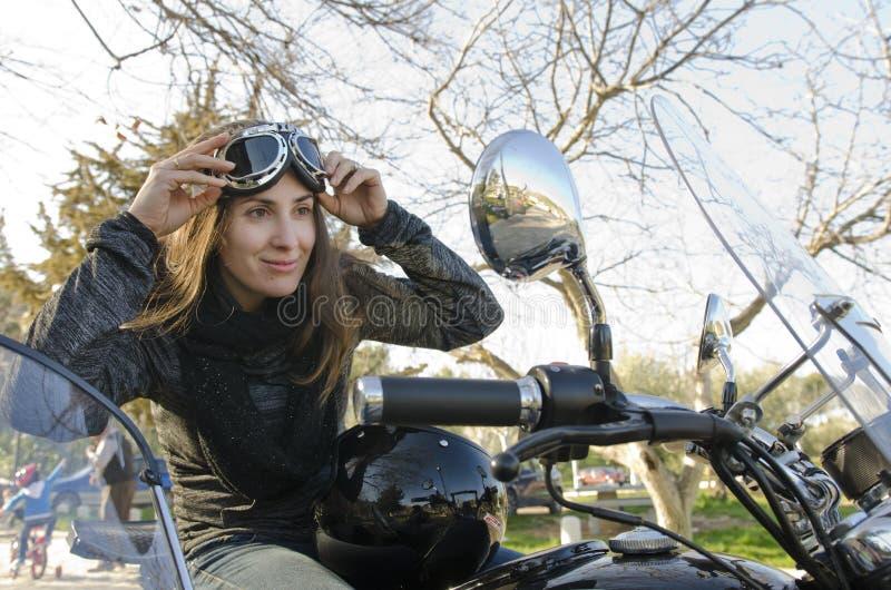 Femme de cycliste regardant le miroir photo libre de droits