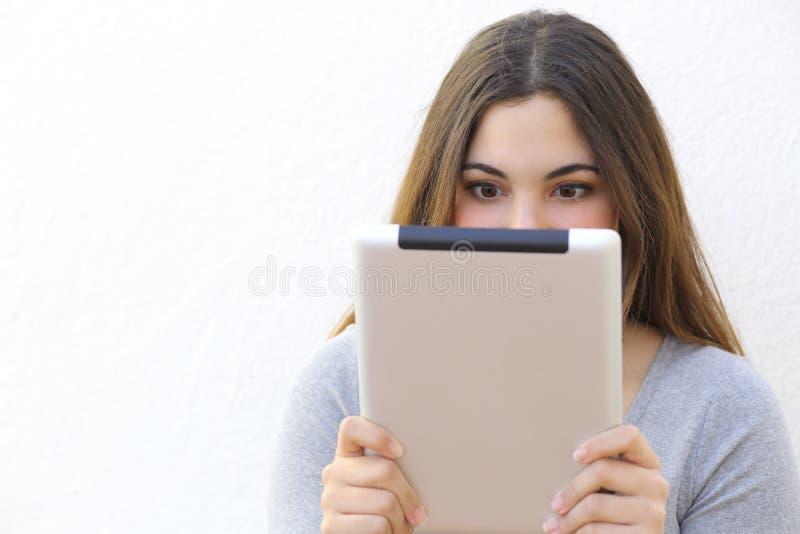 Femme de dépendance d'Internet lisant un lecteur de comprimé photographie stock libre de droits