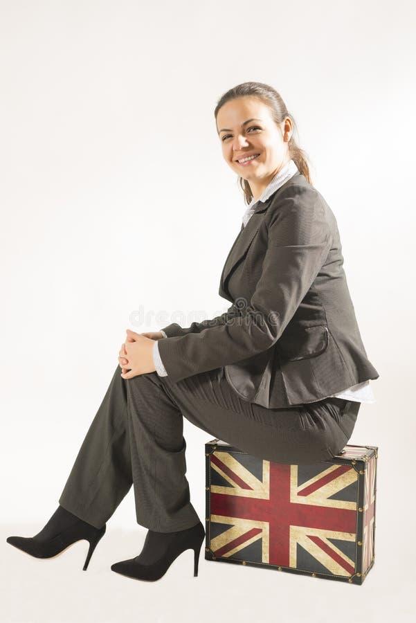 Femme de déplacement d'affaires avec la valise et le visage de sourire image stock