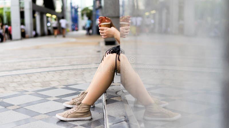 Femme de détente photos stock