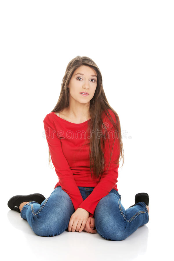 Femme de détente s'asseyant sur le plancher photos libres de droits
