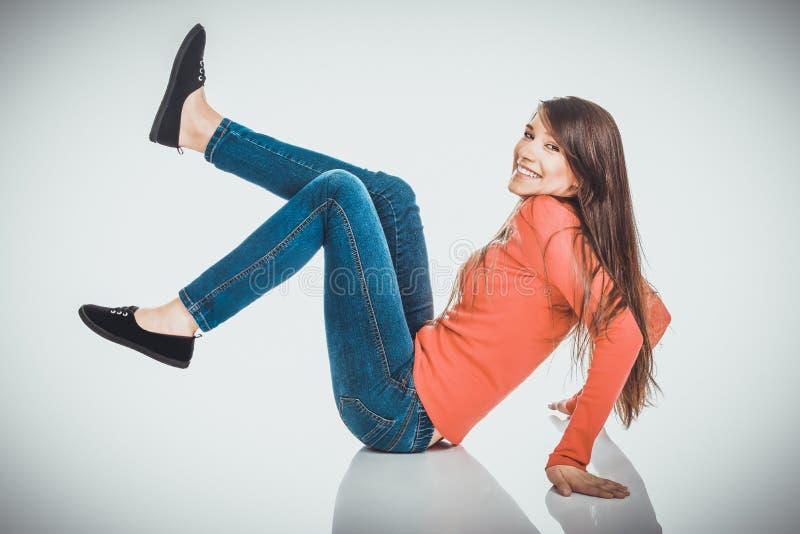 Femme de détente s'asseyant sur le plancher photos stock