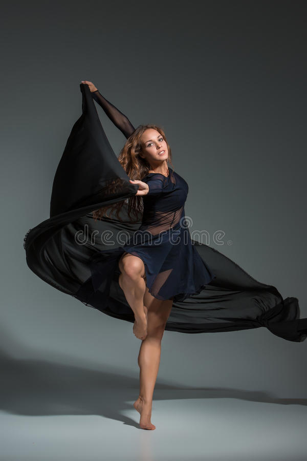 Robe noire danse contemporaine