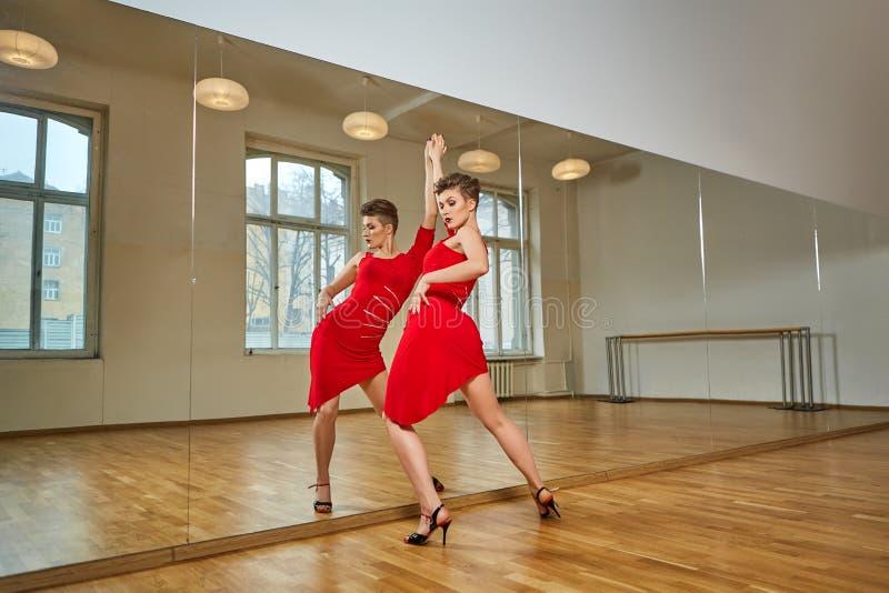 Femme de danseur de tango excersizing dans la pièce de studio de danse photos libres de droits