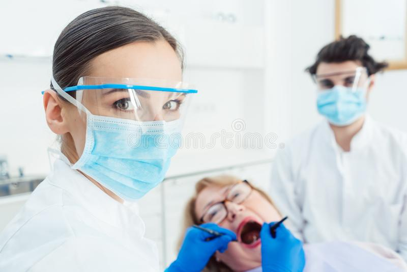 Femme de dentiste dans sa chirurgie photo libre de droits