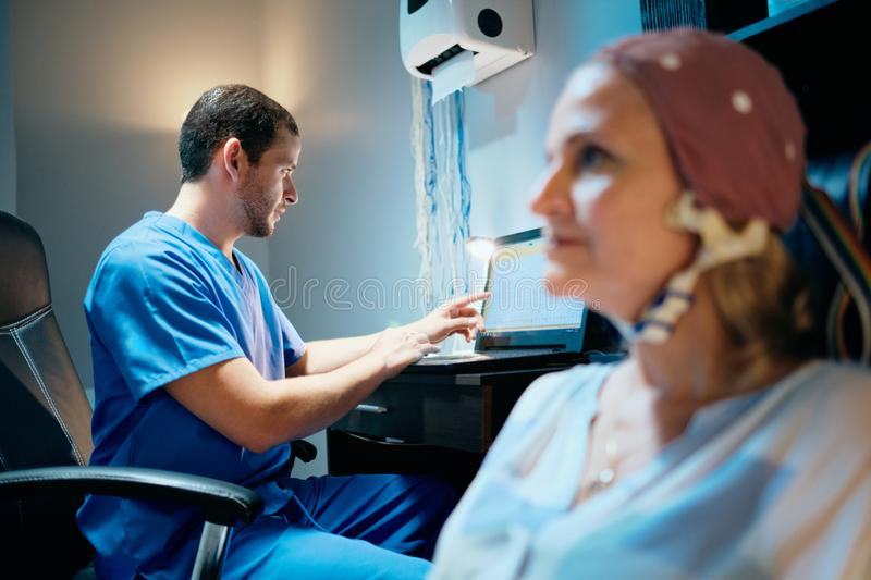 Femme de docteur Doing Brain Medical Exam On Old dans l'hôpital image libre de droits