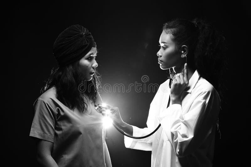 Femme de docteur Nurse dans l'uniforme avec la fréquence cardiaque de contrôle de stéthoscope photographie stock libre de droits