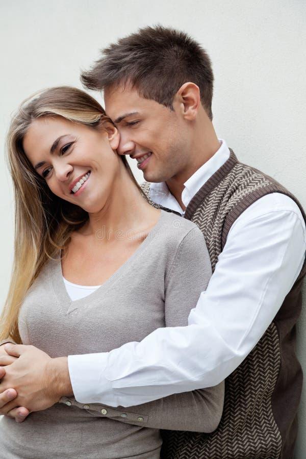 Femme de embrassement de jeune homme photo libre de droits