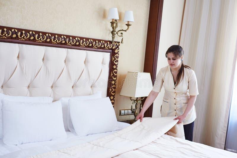 Femme de femme de chambre au service hôtelier photos stock