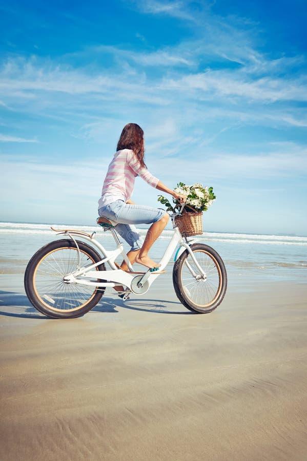 Femme de fleur de bicyclette photographie stock libre de droits