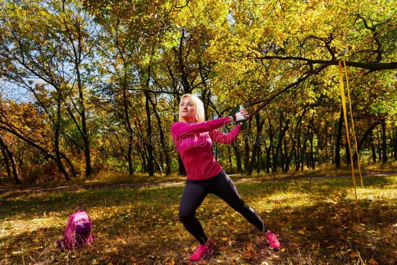 Femme de formation sur l'air frais photographie stock libre de droits