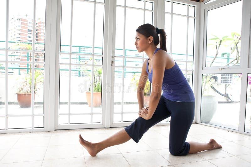 Femme de forme physique étirant son tendon du jarret images stock
