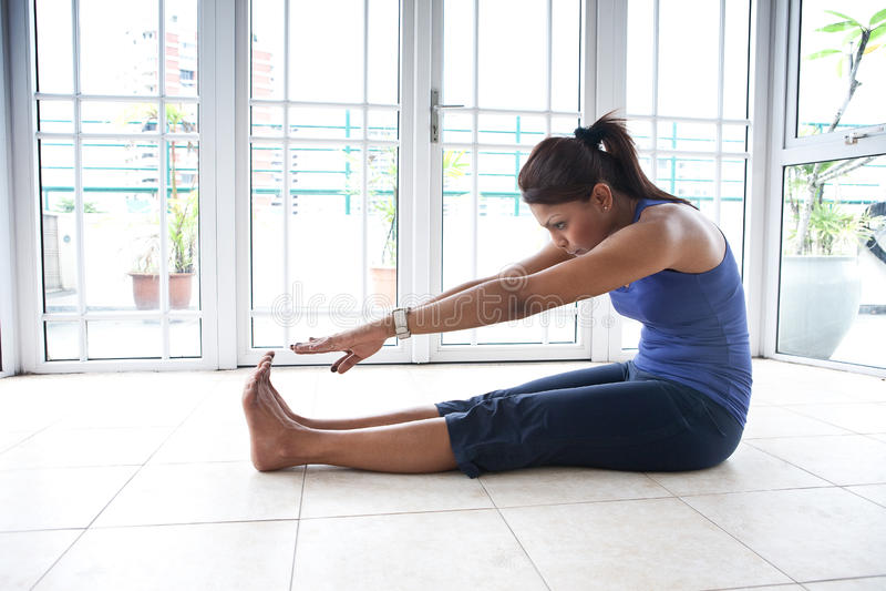 Femme de forme physique étirant son tendon du jarret photo libre de droits