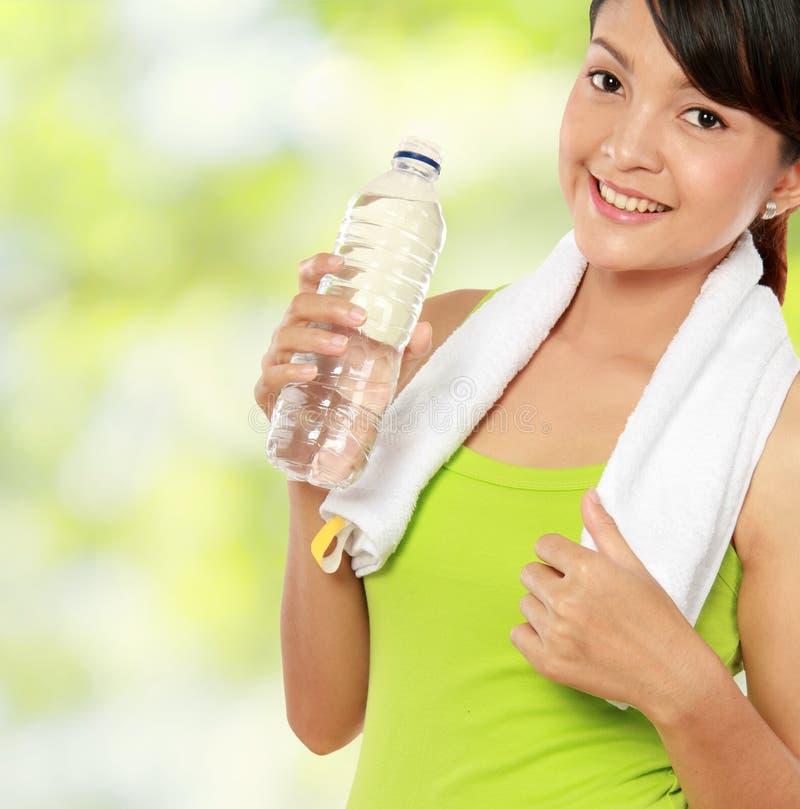 Femme de forme physique avec de l'eau photos libres de droits