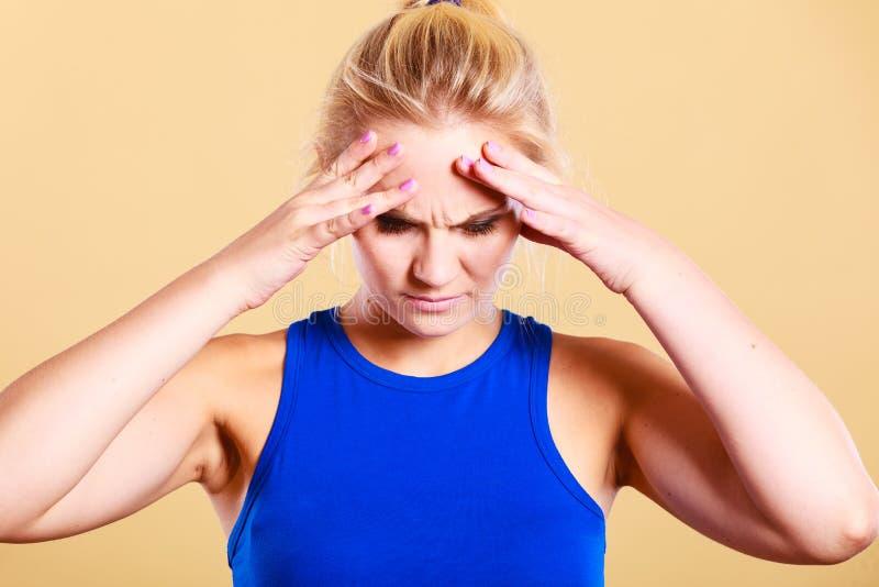 Femme de forme physique avec douleur de migraine de mal de tête photos stock