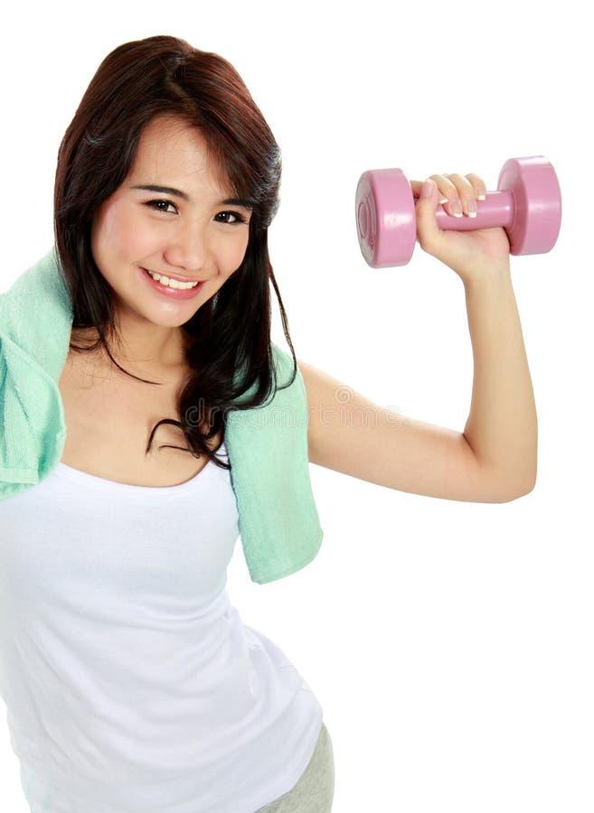 Femme de forme physique avec les poids gratuits photos stock
