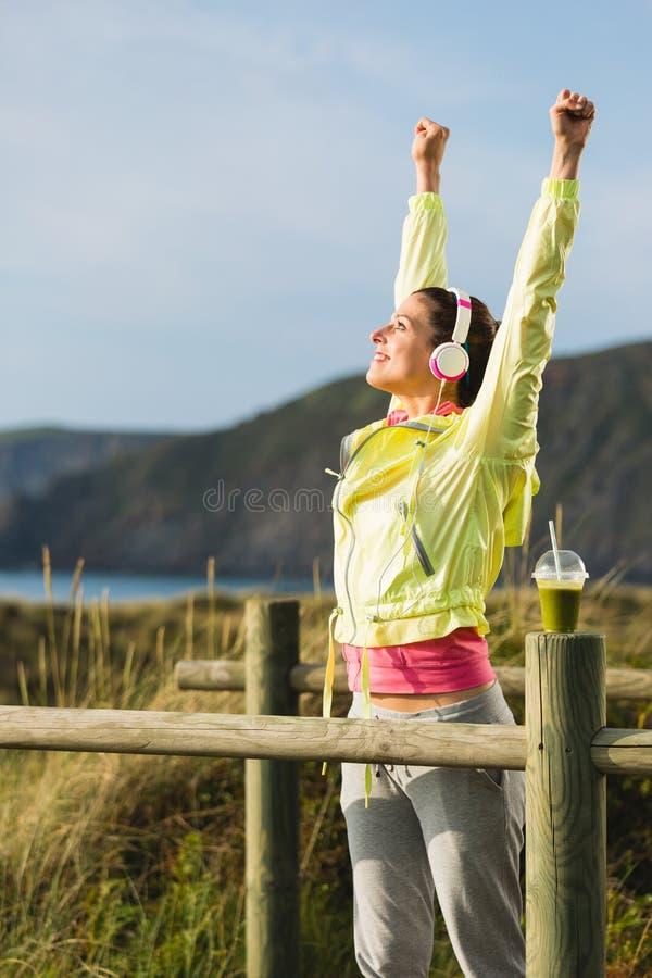 Femme de forme physique célébrant le succès de séance d'entraînement photographie stock libre de droits