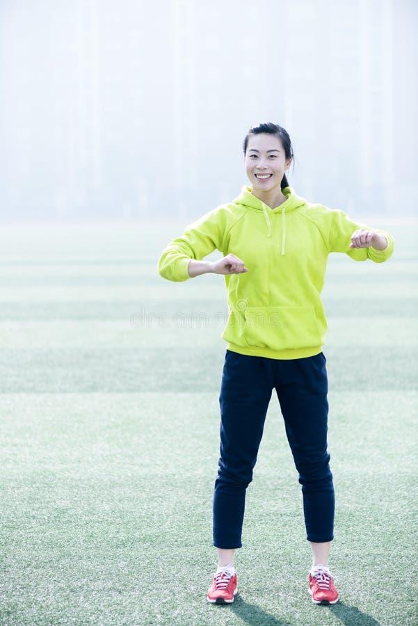 Femme de forme physique de sport, exercice sportif de fille photo stock