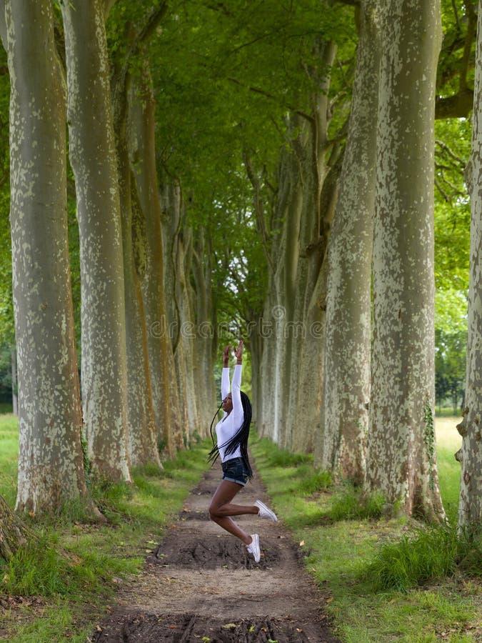 Femme de forme physique en nature photographie stock libre de droits