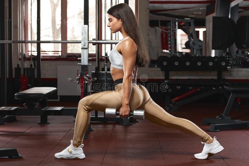 Femme de forme physique faisant des exercices de mouvements brusques pour la formation de s?ance d'entra?nement de muscle de jamb image stock