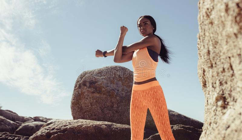 Femme de forme physique faisant l'exercice de guerre- à la plage image libre de droits