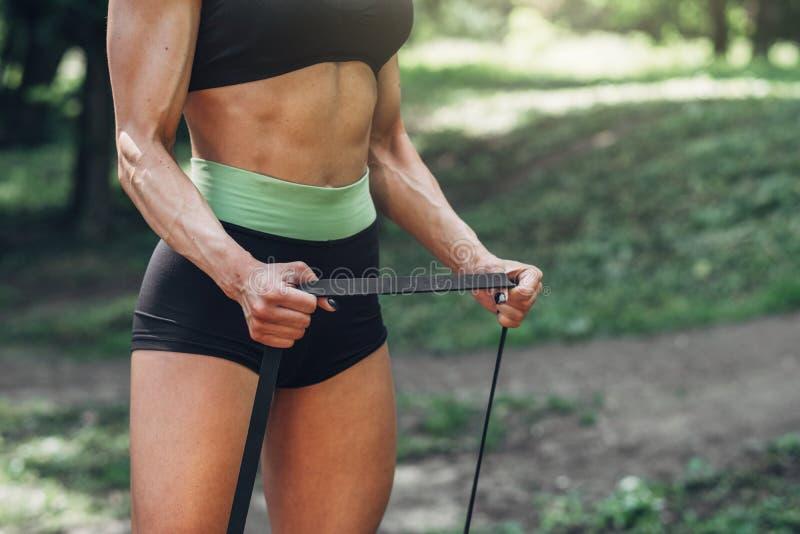 Femme de forme physique faisant la séance d'entraînement de formation extérieure en parc de matin d'été Mode de vie sain de sport photos stock
