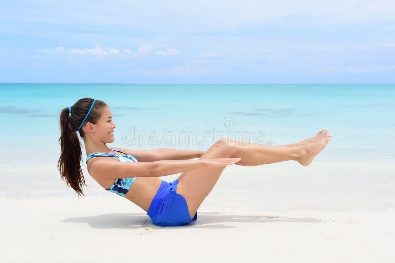 Femme de forme physique faisant le craquement ab de v-up modifiant la tonalité l'exercice images stock