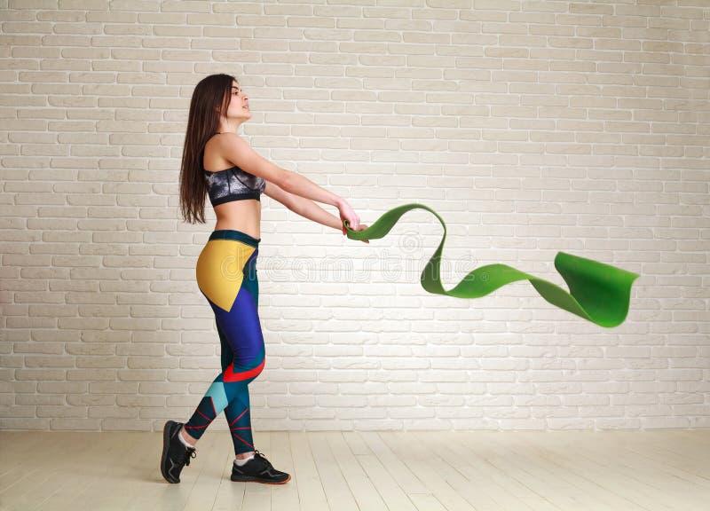 Femme de forme physique de sports avec le tapis préparant pour faire des exercices d'intérieur photos libres de droits