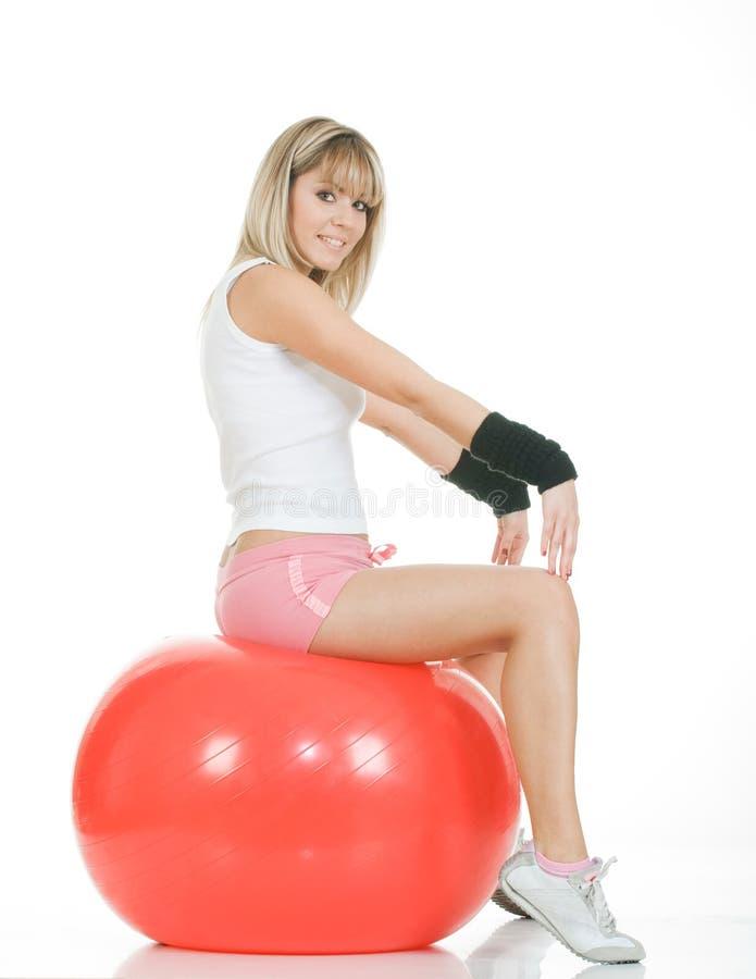 Femme de forme physique sur la bille de pilates image stock