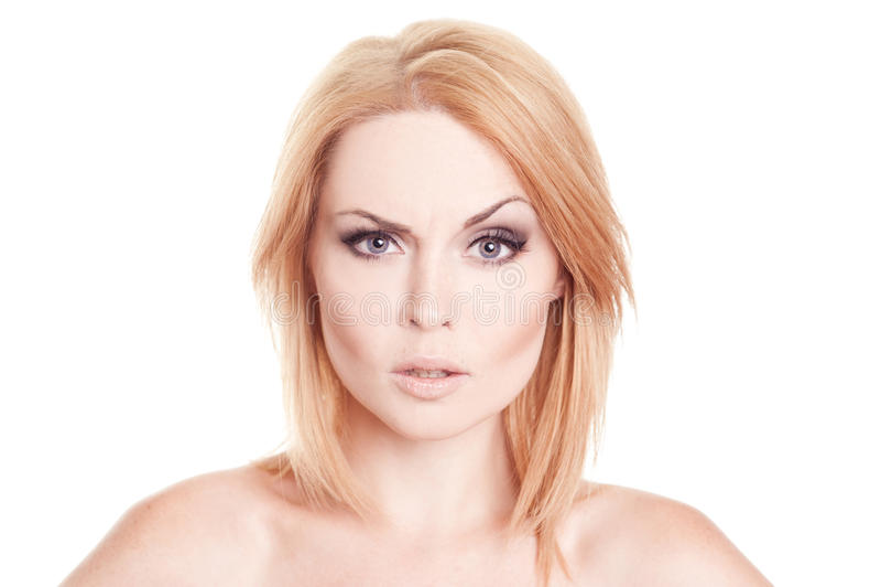 Femme de froncement de sourcils posant au-dessus du blanc photos stock