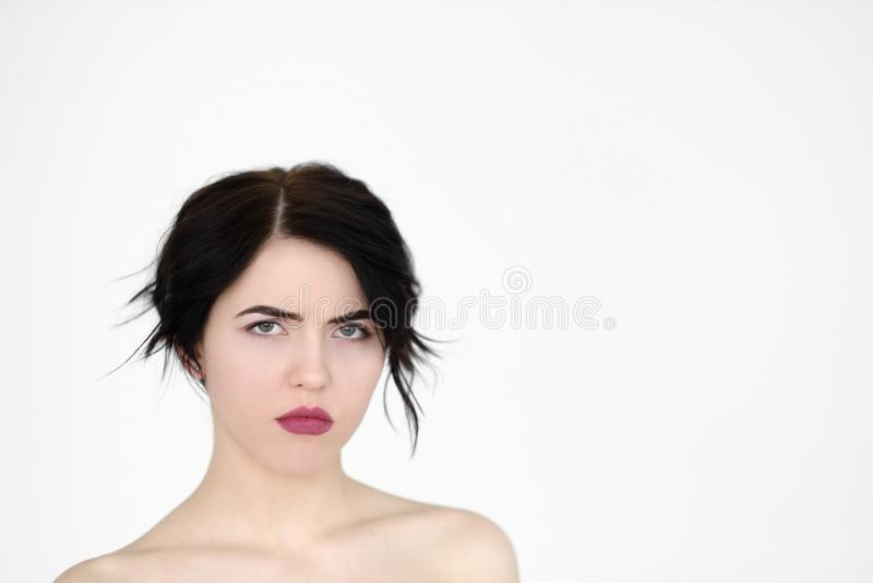 Femme de froncement de sourcils renfrognée grincheuse déprimée de visage d'émotion photo stock