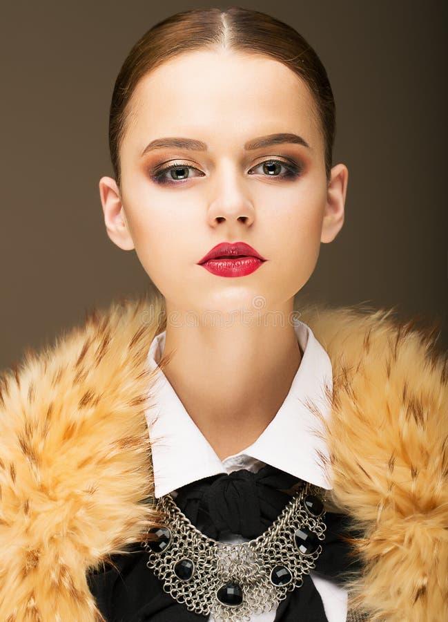 Charme. Portrait de femme à la mode honorable dans le collier Rufous de fourrure photo libre de droits