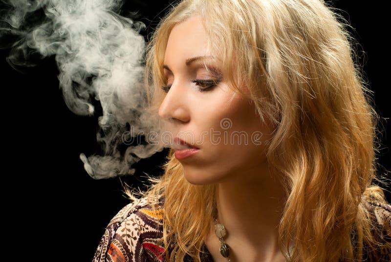 Femme de fumage. image stock