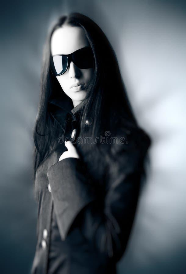 Femme de Goth avec des lunettes de soleil images libres de droits