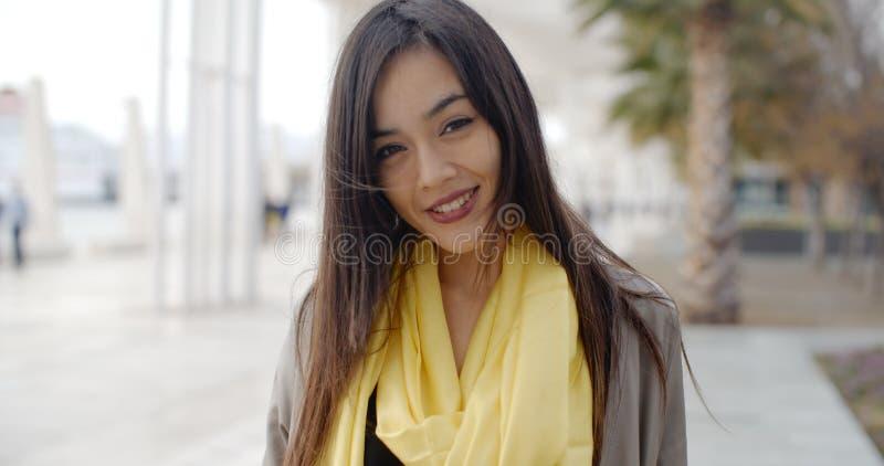 Femme de grimacerie joyeuse dehors dans l'écharpe jaune images stock