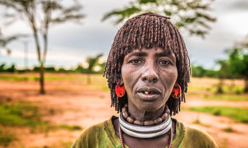 Femme de Hamar à un marché local en Ethiopie du sud photos stock