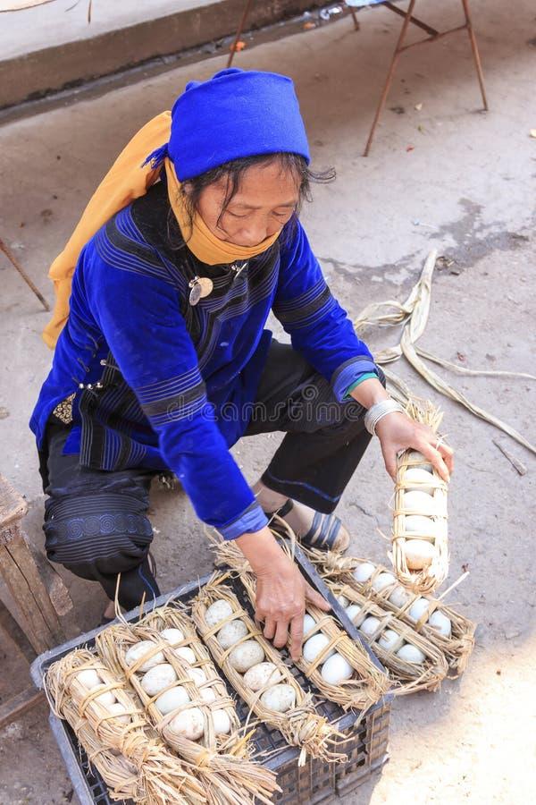 Femme de Hani vendant des oeufs sur le marché local de Shengcun dans YuanYang Hani sont l'une des 56 minorités en Chine et sont i images libres de droits