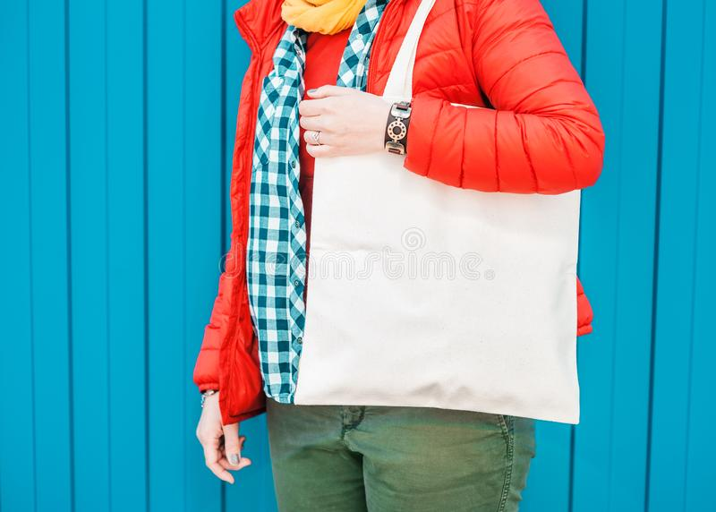 Femme de hippie de mode tenant le sac vide de toile Moquerie de calibre  image stock