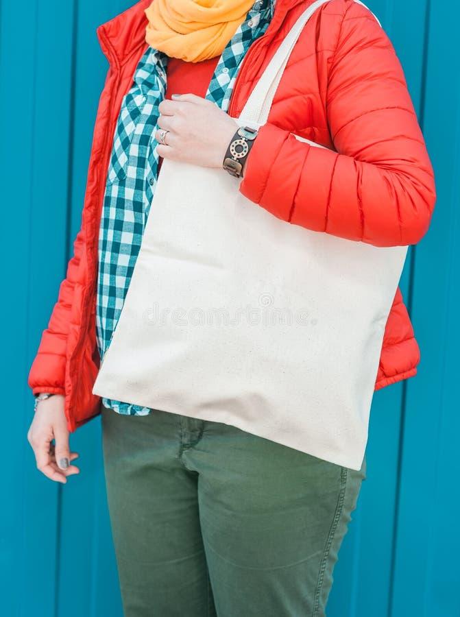 Femme de hippie de mode tenant le sac vide de toile Moquerie de calibre  photo stock