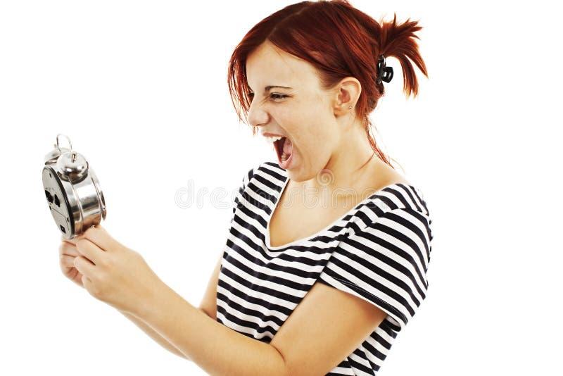 Femme de hurlement fâchée d'horloge d'alarme photographie stock
