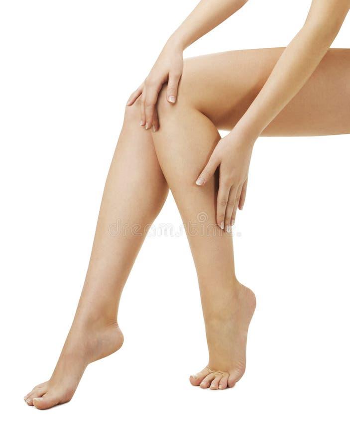 Femme de jambes appliquant la crème de station thermale de masage, ove d'isolement image stock