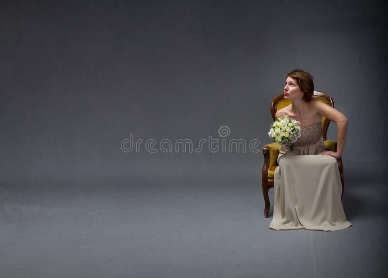 Femme de jeune mariée recherchant photographie stock