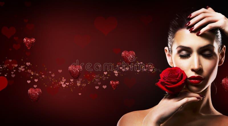Femme de jour de valentines tenant la rose de rouge image stock